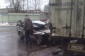 Водитель чудом выжил в машине, раздавленной фурой на Благодатной