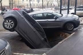 Две машины провалились в огромную яму на северо-востоке Москвы