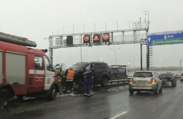Вертолет эвакуирует пострадавших из машины, влетевшей на отбойник КАД