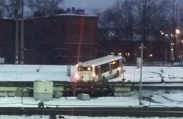Автобус соскользнул на ж/д пути возле Невского путепровода