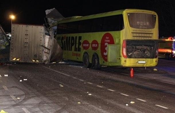 Первое фото аварии с автобусом, ехавшим из Риги в Петербург, опубликовали СМИ