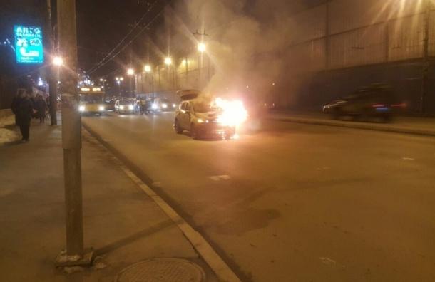Иномарка сгорела на проезжей части перед Красногвардейской площадью