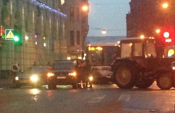 Трактор столкнулся с джипом на Чкаловском проспекте