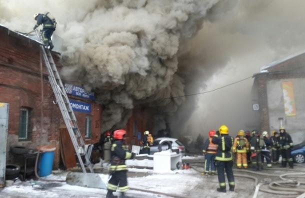Горящий склад на Лиговском проспекте тушат по повышенному рангу сложности