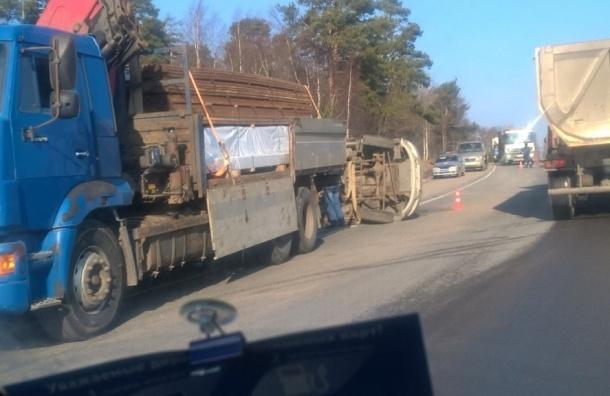 Легковушка легла на бок в массовой аварии на Приозерском шоссе
