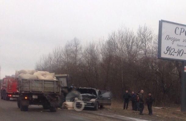 Ребенок впал в кому после столкновения трактора и легковушки на Таллинском шоссе
