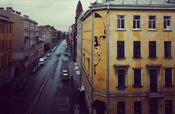 Власти просят закрасить портрет Хармса на улице Маяковского
