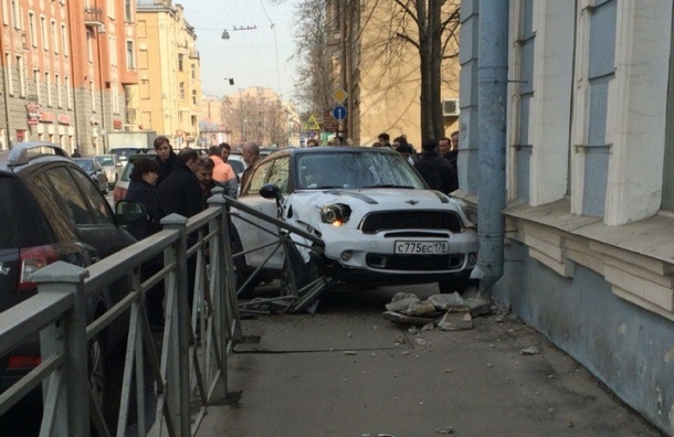 Девушка на своем MINI Cooper протаранила дом на Чкаловском