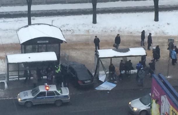Очевидцы: Иномарка сбила людей между остановками на проспекте Непокоренных