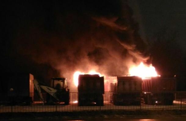 Четыре грузовика сгорели на Парашютной