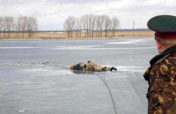 Жителей и гостей Петербурга просят не выходить на лед