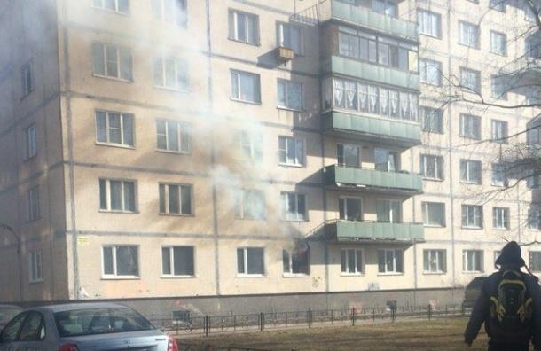Пожарные тушат горящую квартиру в доме на Кузнецова