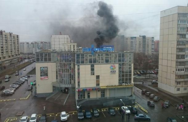 Крыша «Перекрёстка» горела в Колпино