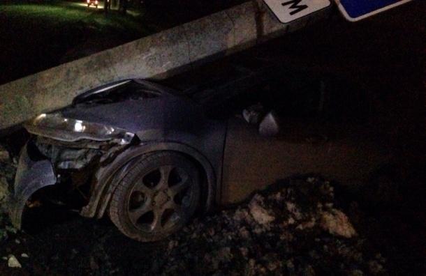 Легковушка снесла столб на Ропшинском шоссе