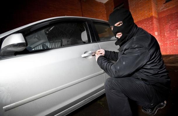 Mercedes со 150 тысячами долларов угнали в Петербурге
