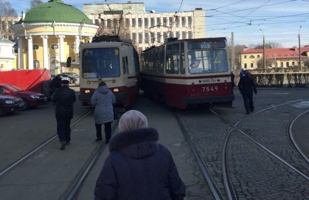 Два трамвая попали в редкое ДТП на улице Грибановых
