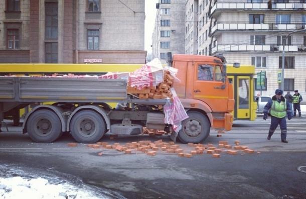КамАЗ опрокинул кирпичи на Вяземском переулке