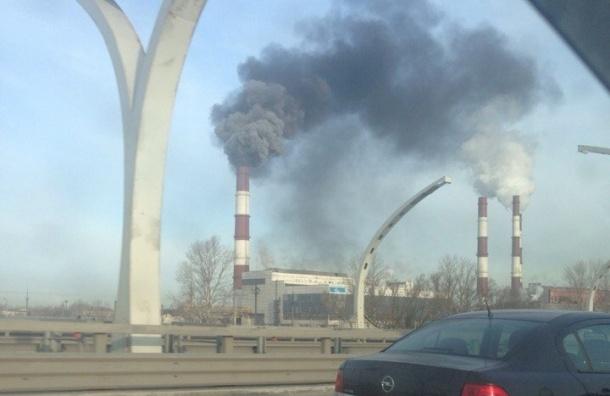 Черный дым валил из трубы ТЭЦ возле КАД