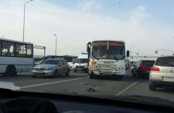 Массовое ДТП с маршрутками устроил внедорожник в «МЕГА Дыбенко»
