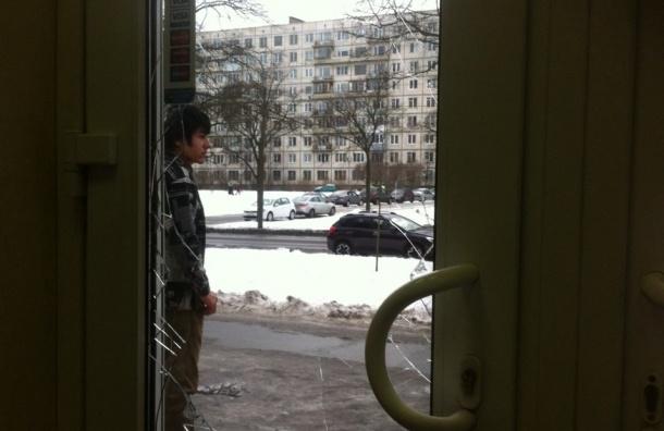 Шесть русских парней разбили мусорным баком дверь магазина на Вавиловых