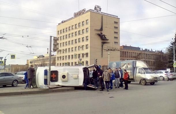 «Скорая» с беременной женщиной перевернулась на Светлановском проспекте