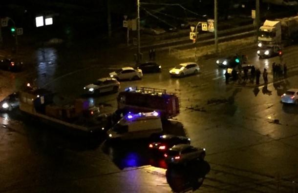 Шесть автомобилей и трамвай попали в ДТП в Невском районе