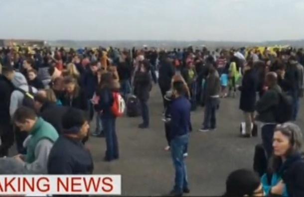 Спасшиеся от теракта в брюссельском аэропорту выбежали на летное поле