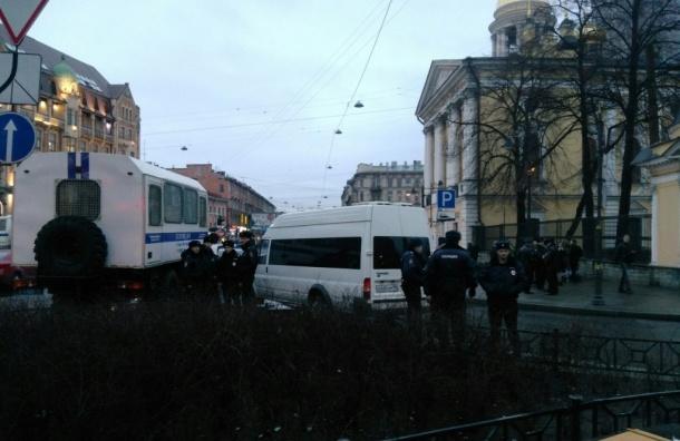 Полиция и активисты НОДа оккупировали Владимирскую площадь