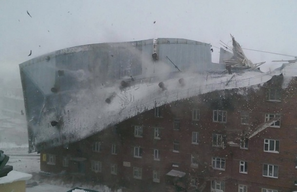 Крышу пятиэтажного дома сорвало ветром в городе Дудинка