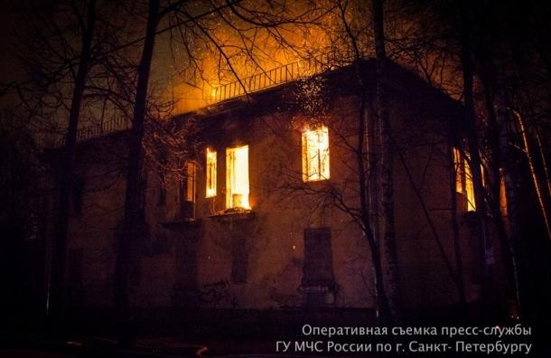 Два десятка пожарных машин тушили заброшенные здания на Бабушкина