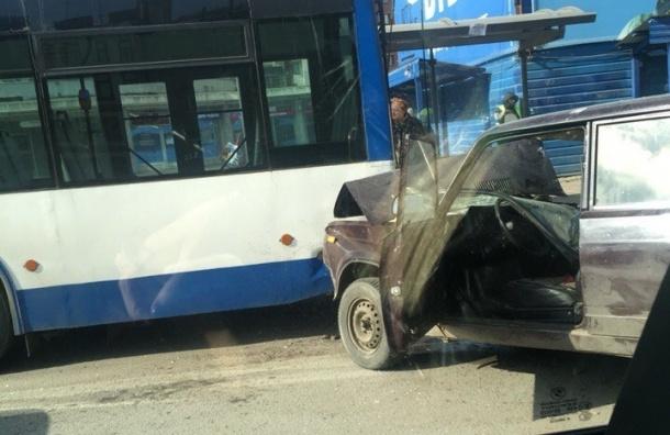 Легковушка столкнулась с троллейбусом на Московском проспекте