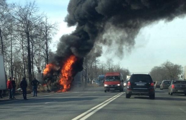 Огонь уничтожил фуру на Московском шоссе