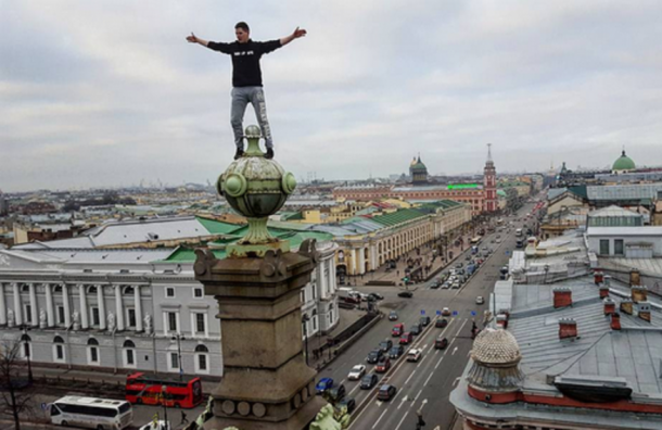 Руфер залез на крышу Елисеевского магазина