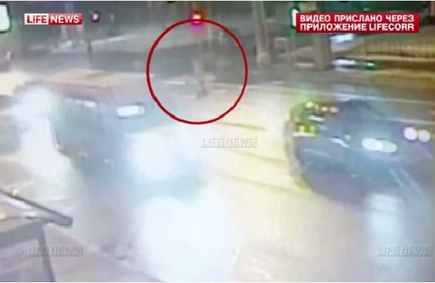 СМИ опубликовали кадры гибели москвички под колесами Porsche Cayenne