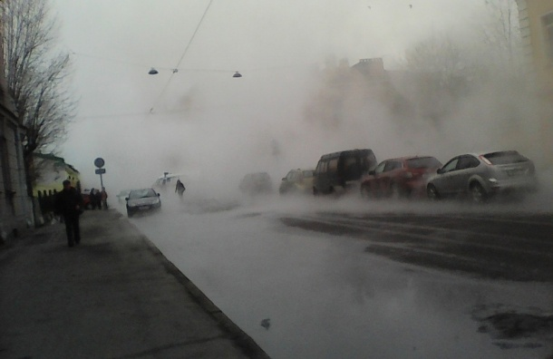 Трубу 80 см прорвало на 13-й Красноармейской, улицу затопило кипятком