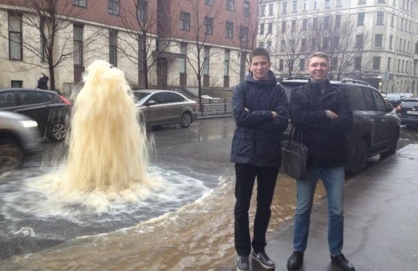 Петербуржцы открыли сезон коммунальных фонтанов
