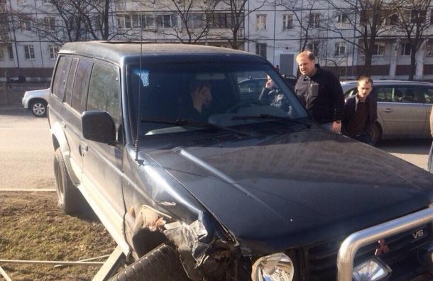 Пьяный на внедорожнике сбил мужчину с двумя детьми в Колпино