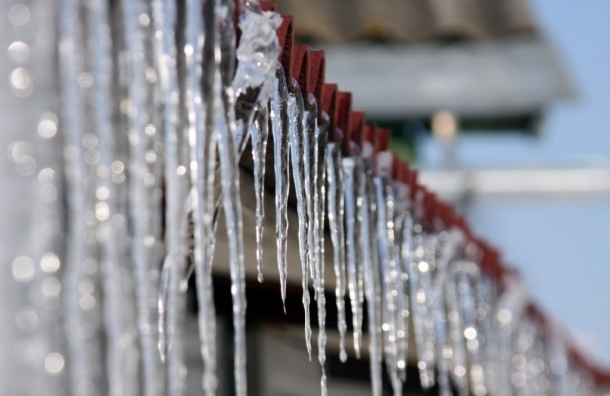 Сотрудник МЧС в Оренбуржье спас детей после падения льда с крыши