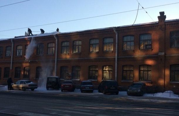 Снег сбрасывают на машины на Кондратьевском проспекте