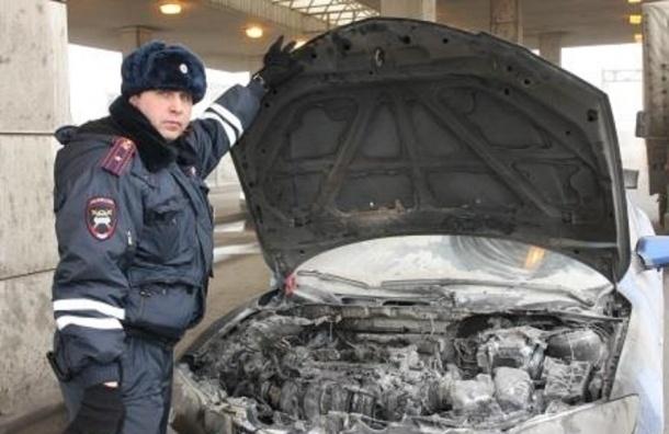 «Гаишник» спас двух людей из горящего на КАД автомобиля