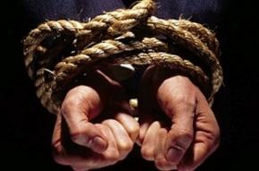 Преступников, пытавших семейную пару кипятком и ножами, осудили в Ленобласти