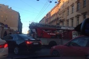Возгорание в заброшенном здании на Большой Пушкарской собрало 11 машин пожарных