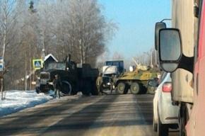 БТР перекрыл дорогу возле Соснового Бора