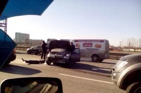 КАД стоит в пробке из-за аварии с перевернутой фурой