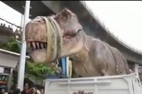 Рычащие динозавры создали пробку в центре Бангкока