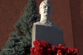 Москвичи несут цветы на могилу Сталина