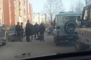 Очевидцы: Мужчина бросался с ножом на девушку во дворе дома на Комендантском