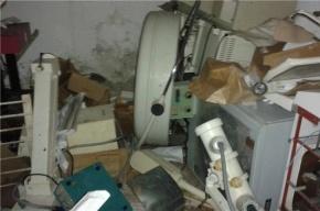 Приставы усмиряли пенсионерку, захватившую коридор в Колпино