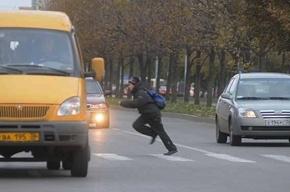 Машина сбила ребенка, проломив ему голову, в Петергофе