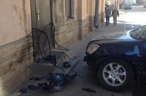 Машина врезалась в Центр реабилитации детей в Петербурге